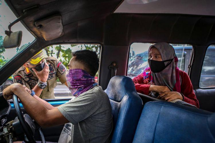 Petugas Satpol PP memberikan sosialisasi penerapan PSBB kepada pengendara di Jalan Daan Mogot, Tangerang, Banten, Selasa (14/4/2020). Menteri Kesehatan menyetujui menerapkan Pembatasan Sosial Berskala Besar (PSBB) di Tangerang Raya yang akan mulai diterapkan pada Sabtu (18/4) dalam rangka percepatan penanganan COVID-19. ANTARA FOTO/Fauzan/hp.
