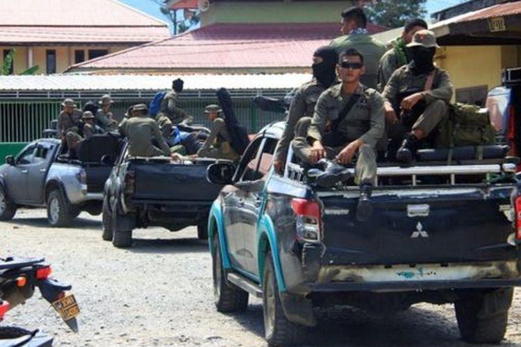 Sejumlah personel Brimob dikerahkan untuk melakukan pengejaran terhadap pelaku penembakan para pekerja proyek pembangunan jembatan Trans Papua di Kabupaten Nduga.