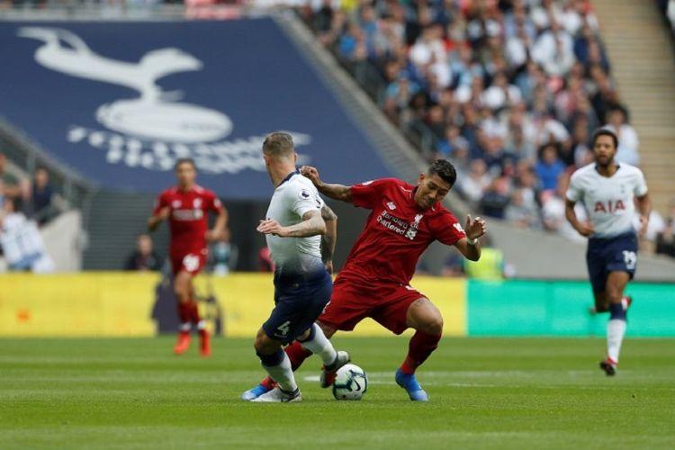 Roberto Firmino mencoba melewati penjagaan Toby Alderweireld pada pertandingan Tottenham Hotspur vs Liverpool di Stadion Wembley, 15 September 2018.