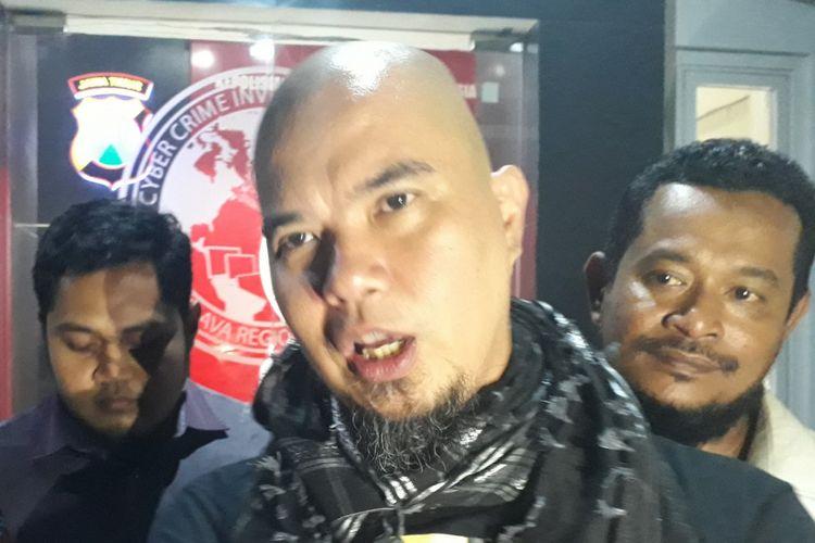 Ahmad Dhani usai diperiksa di Mapolda Jatim, Senin (1/10/2018).