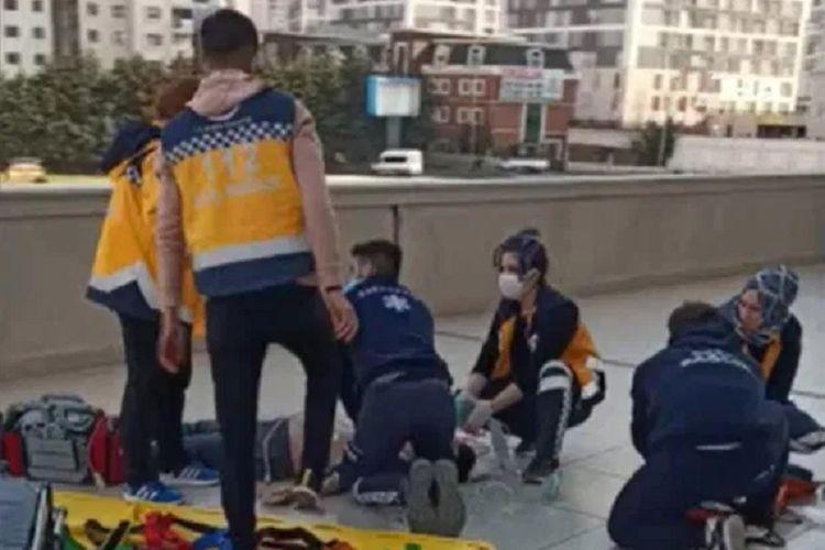 Paramedis di Istanbul, Turki, bergegas memberikan bantuan kepada Ismail Ababey, remaja 16 tahun yang jatuh dari lantai 12 karena berusaha mengambil ponselnya. Dia dilaporkan tewas karena luka-lukanya.