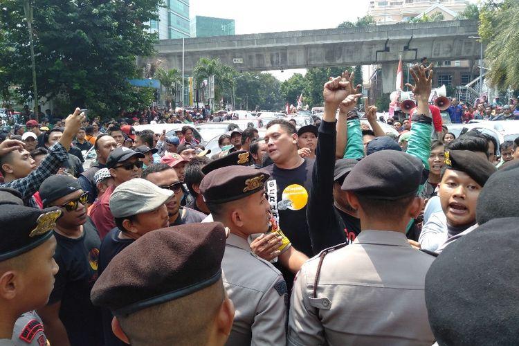 Ratusan masa aksi yang terdiri dari pengemudi Gocar mamaksa masuk ke kantor Gojek di Jalan Iskandarsyah, Melawai, Blok M, Jakarta Selatan, Senin (5/8/2109)