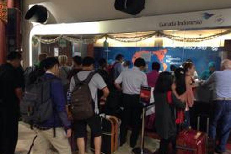 Penumpang maskapai Garuda Indonesia yang tadinya akan terbang ke Denpasar dan Lombok antre di loket Terminal 2F Bandara Soekarno-Hatta, Tangerang, Jumat (10/7/2015). Garuda membatalkan semua penerbangan ke Denpasar, Lombok, Banyuwangi, dan Surabaya menyusul letusan Gunung Raung di perbatasan Kabupaten Banyuwangi, Bondowoso, dan Jember, Jawa Timur.