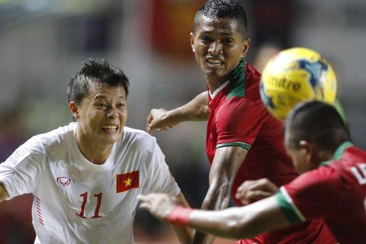 Pesepak bola Indonesia Manahati Lestusen (kanan) menyundul bola pada semi final putaran pertama AFF Suzuki Cup 2016 di Stadion Pakansari, Kabupaten Bogor, Jawa Barat, Sabtu (3/12/2016). Indonesia memang atas Vietnam dengan skor 2-1.