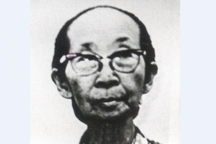Istri pertama Presiden Soekarno, Siti Oetari Tjokroaminoto, di usia tua.