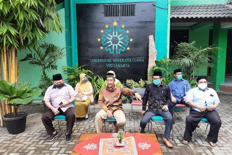 Rektor UNU Purwo Santoso (mengenakan batik berwarna Coklat) dan Ketua Lembaga Pengkajian dan Pengabdian Masyarakat (LPPM) UNU Yogyakarta Muhammad Mustafid (mengenakan baju biru muda duduk paling kanan) saat jumpa pers