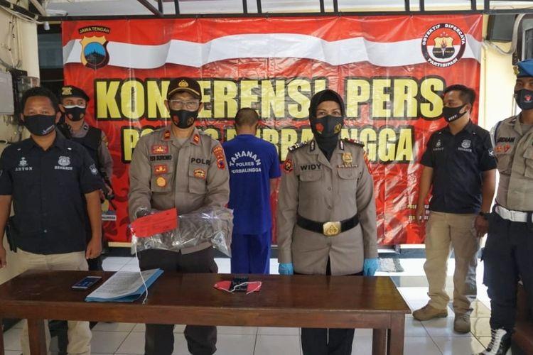 Kapolsek Mrebet Iptu Edi Surono dalam konferensi pers di Mapolres Purbalingga, Jawa Tengah, Jumat (6/11/2020).