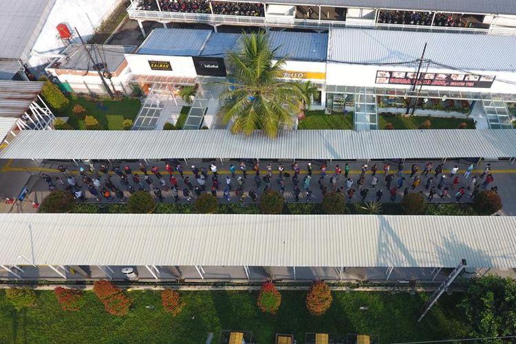 Antrean pengguna KRL di Stasiun Bogor, Jawa Barat hari ini Senin (20/7/2020) pukul 08.10 WIB.