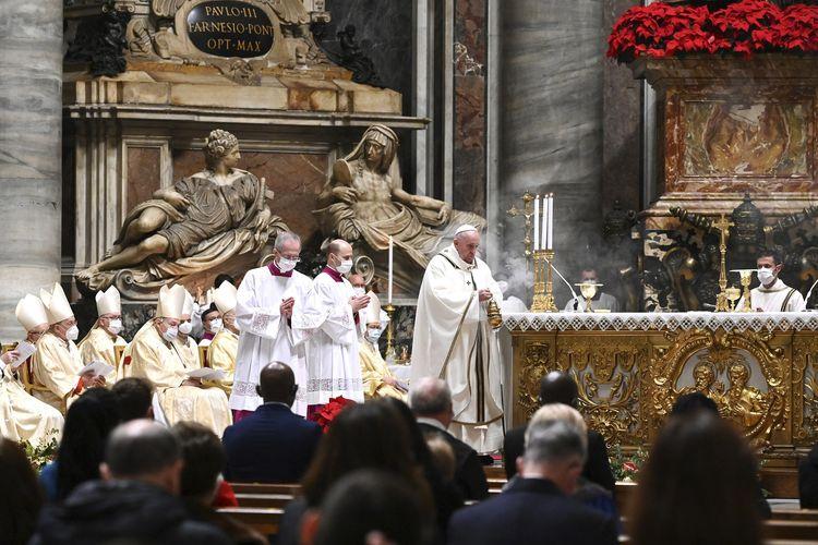 Paus Fransiskus memimpin Misa Natal di Basilika Santo Petrus, Vatikan, pada Kamis (24/12/2020).