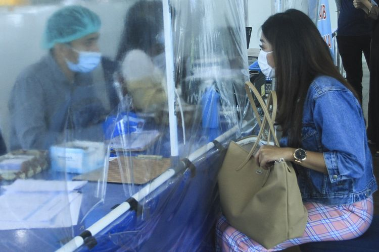 Seorang warga Jakarta mendaftar untuk melakukan pemeriksaan rapid tes antigen di Bandara Sultan Mahmud Badaruddin II Palembang, sebagai salah satu syarat penerbangan, Jumat (24/12/2020).