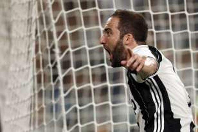 Gonzalo Higuain merayakan gol Juventus ke gawang Fiorentina pada partai Serie A di Juventus Stadium, Sabtu (20/8/2016).