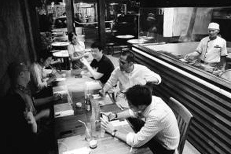Suasana salah satu sudut Restoran Jepang Poke Grill di kompleks pertokoan Permata Senayan, Jakarta Pusat, Kamis (10/10/2013).
