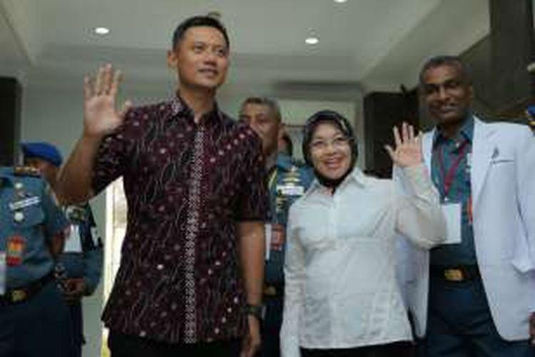 Pasangan bakal calon gubernur dan calon wakil gubernur  Agus Harimurti Yudhoyono-Sylviana Murni, usai menjalani cek kesehatan di Rumah Sakit Angkatan Laut Mintoharjo, Jakarta, Sabtu (24/9/2016). Hari ini ketiga pasangan bakal calon gubernur dan calon wakil gubernur menjalani pemeriksaan kesehatan, sebagai salah satu syarat mengikuti Pilkada DKI Jakarta 2017.