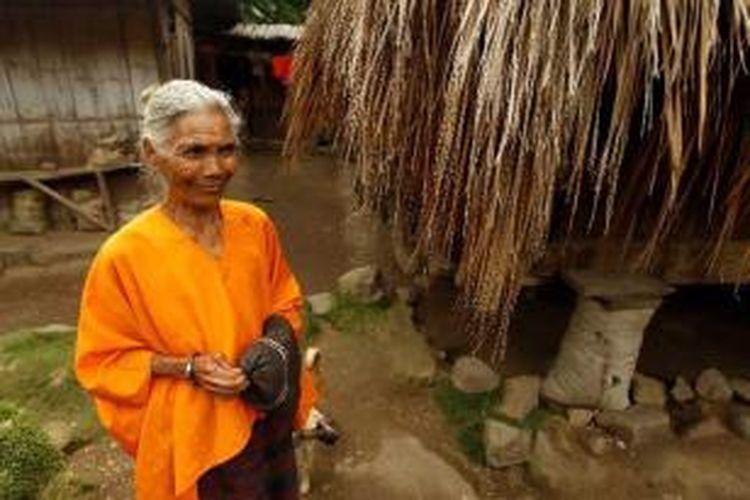 Petronella berpose saat tim Ekspedisi Cincin Api mengunjungi kampung Wolondopo, desa Nuaone, Kecamatan Detusoko, Ende, Nusa Tenggara Timur, Selasa (29/5/2012). Di kampung inilah terdapat makam Mumi Kaki More, yang merupakan kepala suku di kampung ini.