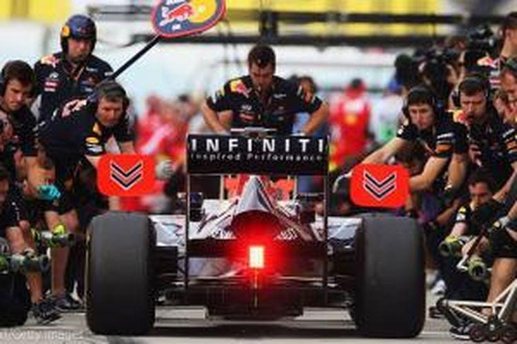 Aksi kru Red Bull di pit stop