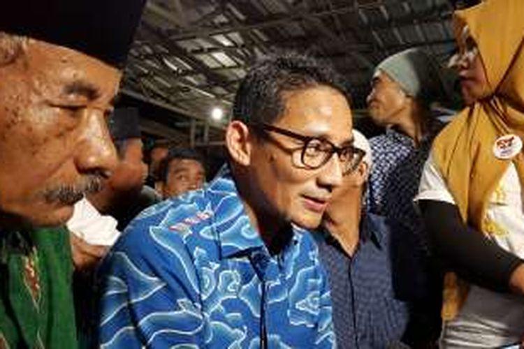 Calon wakil gubernur DKI Jakarta nomor urut tiga Sandiaga Uno (kemeja biru berkacamata) saat menyambangi warga di Kelurahan Kembangan Utara, Kecamatan Kembangan, Jakarta Barat, Rabu (2/11/2016) malam.