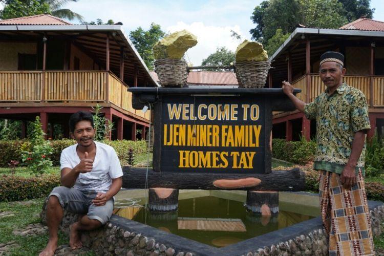 Ali (kaos putih) bersama ayahnya di depan homestay miliknya. Mereka adalah keluarga penambanh belerang yang mendirikan homestau untuk wisatawan yang berkunjung ke Gunung Ijen