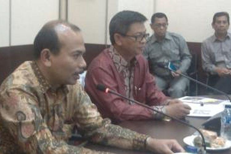 Pejabat Gubernur Kalimantan Utara Irianto Lambrie (kanan) memaparkan rencana pembangunan wilayah Kaltara kepada Menteri Perencanaan Pembangunan Nasional Andrinof Chaniago (kiri) di Kantor Bappenas, Rabu (24/12/2014).