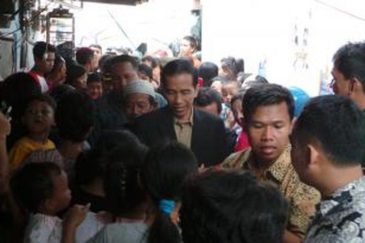 Gubernur DKI Jakarta Joko Widodo meninjau lokasi kebakaran di RT 4/RW 7, Kelurahan Kemayoran, Kecamatan Kemayoran, Jakarta Pusat, Rabu (10/7/2013).