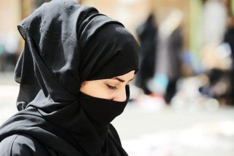 Perempuan-perempuan Arab Saudi menggunakan cadar sebagai bagian dari pakaian kesehariannya, mengingat kondisi cuaca yang berangin sehingga membawa debu pasir.