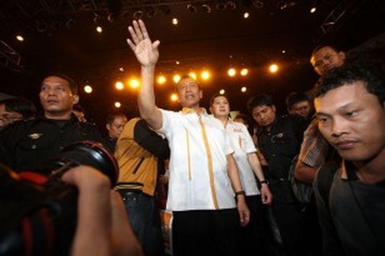 Calon presiden dan wakil presiden yang diusung Partai Hanura Wiranto dan Hary Tanoesoedibjo (berbaju putih tengah) menyapa pendukungnya saat acara deklarasi capres-cawapres dari Partai Hanura di Jakarta, Selasa (2/7/2013). Sebelum diusung sebagai cawapres Partai Hanura, Hary Tanoesoedibjo sempat bergabung dengan Partai NasDem yang dipimpin Surya Paloh.