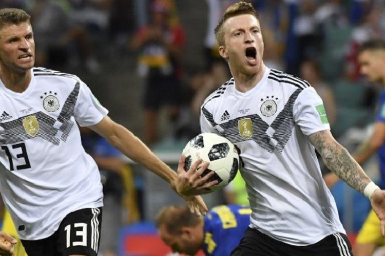 Thomas Mueller ikut merayakan gol Marco Reus pada laga Jerman vs Swedia di Sochi, 23 Juni 2018.