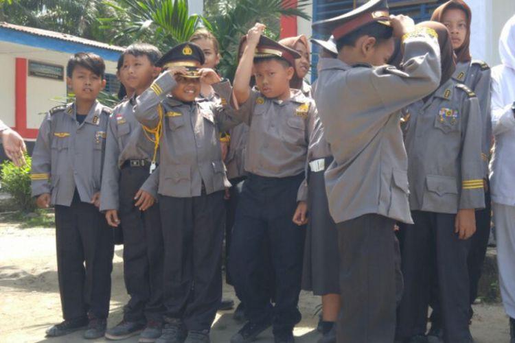 Sejumlah anggota Polisi Kebersihan di SDN 118315 Perkebunan Negeri Lama Seberang, Kabupaten Labuhan Batu, Sumatera Utara.