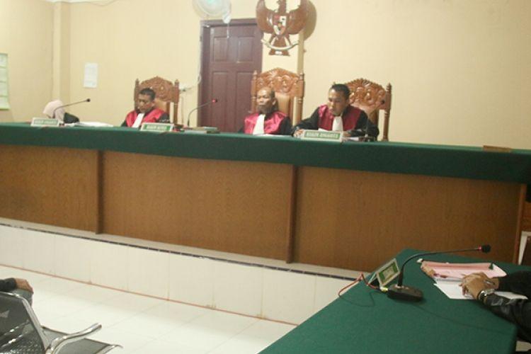 Darwis (28) warga Kecamatan Panton Reu, Kabupaten Aceh Barat terdakwa pencoblos ganda dalam sidang agenda pembacaan putusan terbuka untuk umum divonis majelis hakim Pengadilan Negeri (PN) Meulaboh 3 tahun penjara, Senin (13/03/17).