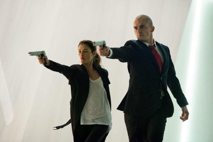 Rupert Friend dan Hannah Ware dalam film aksi Hitman: Agent 47 (2015).