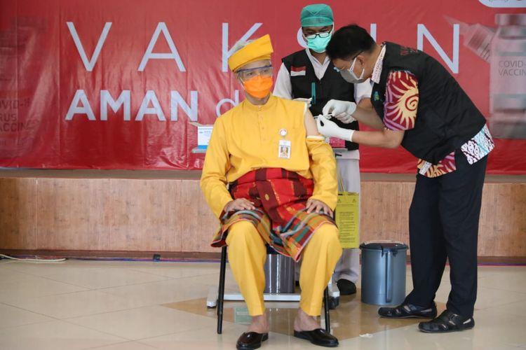 Gubernur Jawa Tengah Ganjar Pranowo disuntik vaksin Covid-19 oleh tenaga medis.