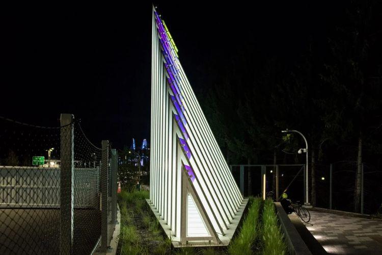 Instalasi baja Current yang terletak di sisi Westchester County dari Jembatan Tappan Zee. Uniknya, karya seniman Cheryl Wing-Zi Wong ini dilengkapi dengan animasi LED yang merespons orang yang lewat.