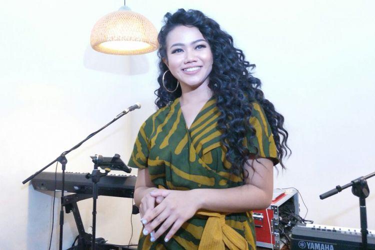 Yura Yunita berpose saat jumpa pers peluncuran klip video Harus Bahagia di Kopi Nalar Kafe, Kebayoran, Jakarta Selatan, Selasa (3/4/2018)