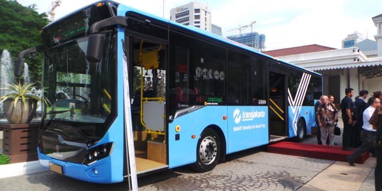 Bus transjakarta merek Scania dengan spesifikasi lower deck