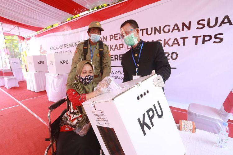 KPU Kota Semarang menggelar kegiatan simulasi menghadapi Pilkada Kota Semarang 9 Desember mendatang di kantor Kecamatan Mijen, Sabtu (21/11/2020)