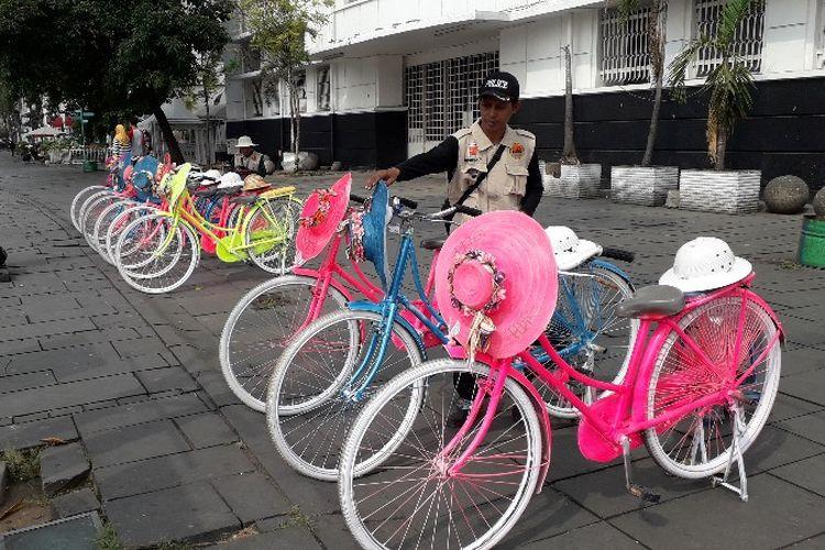 Jasa penyewaan sepeda ontel hias di Taman Fatahillah, Kota Tua, Jakarta Barat mengalami penurunan pengunjung pada bulan puasa Ramadhan, seperti terlihat pada Senin (4/6/2018).