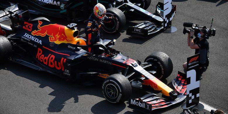 Pebalap Red Bull Belanda Max Verstappen merayakan kemenangan F1 HUT ke-70 Grand Prix di Silverstone pada 9 Agustus 2020 di Northampton. - Perlombaan memperingati 70 tahun perlombaan kejuaraan dunia perdana, yang diadakan di Silverstone pada tahun 1950.