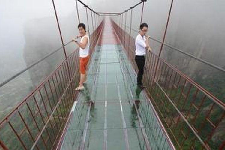 Jembatan gantung dibangun di Tiongkok, uniknya jembatan ini menggunakan alas dari kaca tembus pandang.