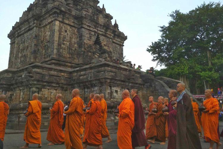 Umat dan tokoh Buddha melakukan ritual pradaksian sebelum menyemayamkan air berkah di dalam Candi Mendut Magelan, Jawa Tengah, Senin (28/5/2018). Ritual ini merupakan bagian kegiatan memperingati Tri Suci Waisak 2572BE/2018.
