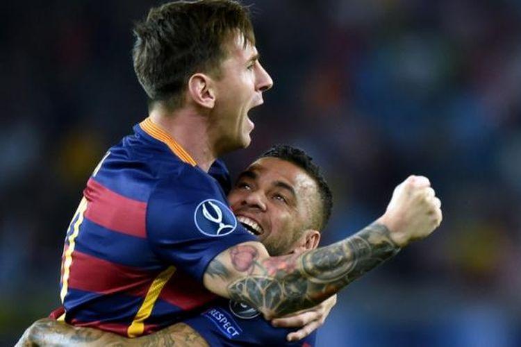 Bintang Barcelona, Lionel Messi, berselebrasi bersama rekannya, Dani Alves (kanan), seusai mencetak gol dalam pertandingan Piala Super Eropa melawan Sevilla, di Tbilisi, Selasa (11/8/2015).