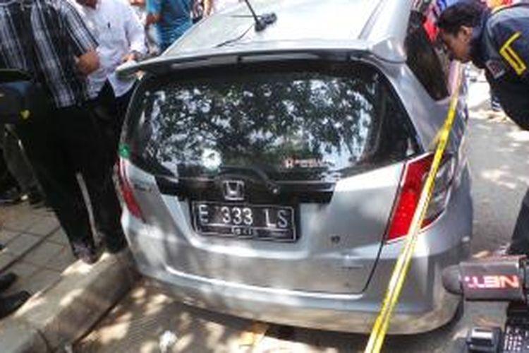Mobil Honda Jazz E 333 LS milik terduga pelaku pencurian yang ditembak matindi Jatinegara, Jakarta Timur. Senin (26/5/2014).