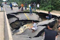 Jalan Poros Penghubung 2 Kabupaten di Kaltim Putus akibat Longsor