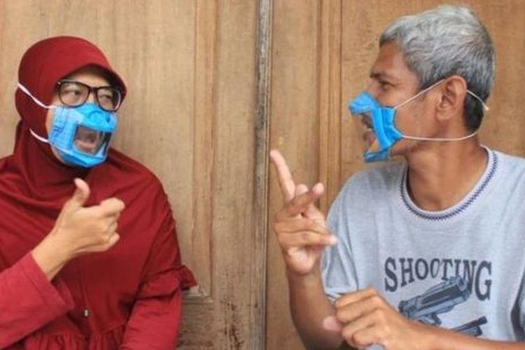 Dwi Rahayu setiap hari dibantu oleh suaminya yang juga tunarungu ketika membuat masker transparan