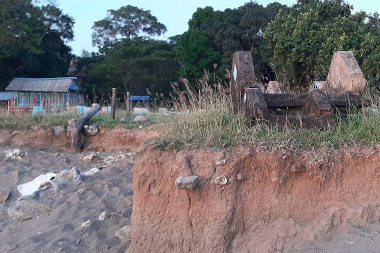 Pemakaman di pesisir pantai Desa Sampulungan, Kabupaten Takalar, terdampak abrasi.