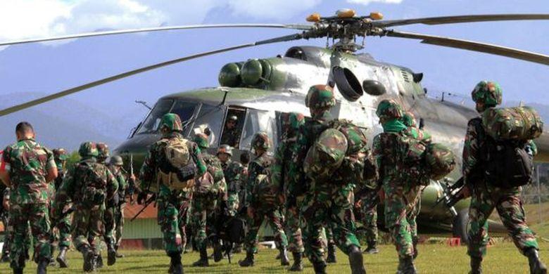 Tentara mengangkut jenazah petugas konstruksi yang dibunuh OPM, Desember lalu.