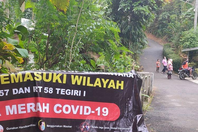 Warga menutup kawasan masuk ke dua RT di Pedukuhan Tegiri 1, Kalurahan Hargowilis, Kapanewon Kokap, Kabupaten Kulon Progo, Daerah Istimewa Yogyakarta.