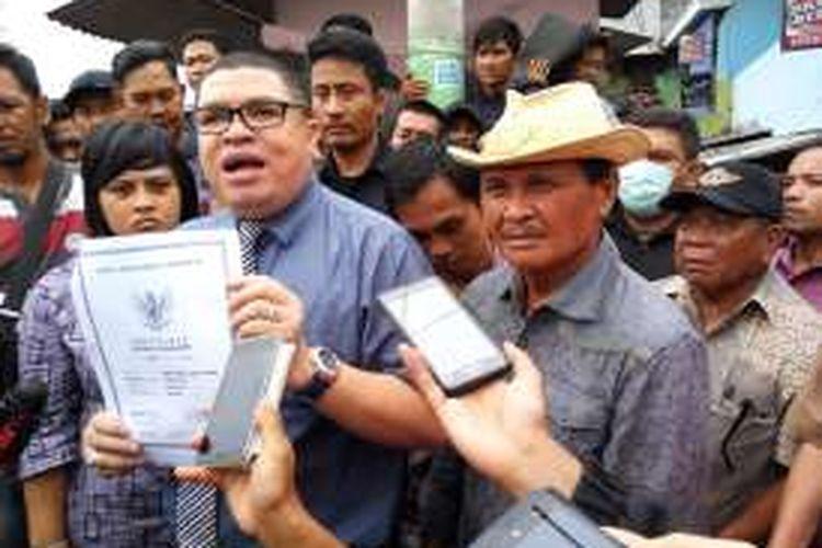 Kuasa hukum warga Kalijodo Razman Arif Nasution bersama Daeng Azis menunjukan bukti kepemilikan sertifikat tanah kepada awak media di kawasan Kalijodo, Penjaringan, Jakarta Utara, Selasa (16/2/2016).