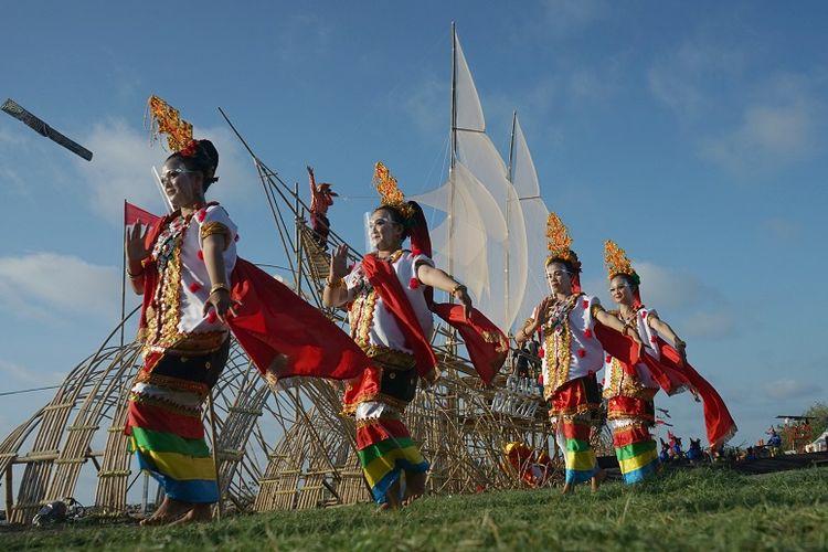 Tari Tradisional Suku Bugis di Makassar DOK. Shutterstock/Ali. Fahmi