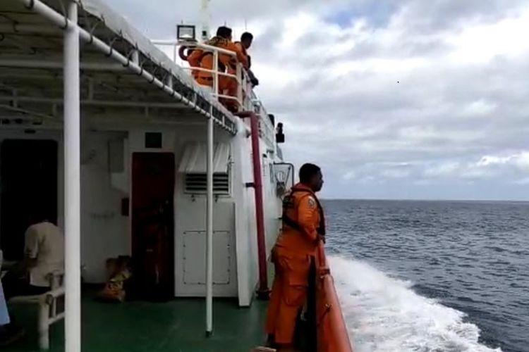 Tim SAR gabungan Ternate, Maluku Utara, Jumat (30/08/2019) tadi kembali melakukan pencarian kapal kargo MV. Nur Allya dan disekitar perairan Obi, Halmahera ditemukan tumpahan minyak dan lifecraft.