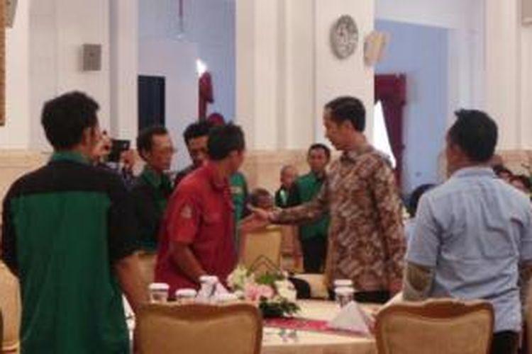 Presiden Joko Widodo mengundang sejumlah tukang ojek, dan sopir angkutan umum menikmati makan siang bersama di Istana Merdeka, Jakarta, Selasa (1/9/2015).