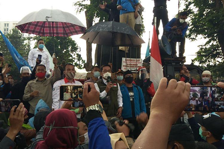 Gubernur Jawa Barat Ridwan Kamil menemui para demonstran yang menolak pengesahan Undang-Undang Cipta Kerja di halaman Gedung Sate, Jalan Diponegoro, Kamis (8/10/2020).